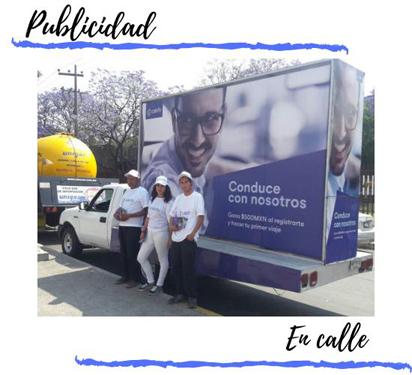 valla movil publicitaria en calle con promotores
